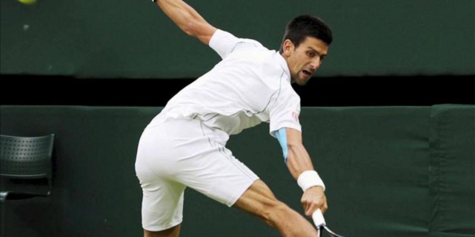 El tenista serbio Novak Djokovic devuelve la bola al checo Radek Stepanek durante un partido de tercera ronda del torneo de tenis de Wimbledon disputado en el All England Lawn Tennis Club de Londres (Reino Unido). EFE