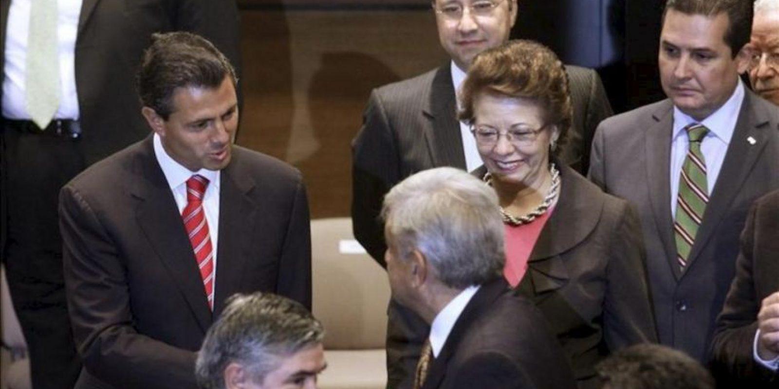 Los candidatos presidenciales de México Enrique Peña Nieto (i) y Andrés Manuel López Obrador (d) se saludan hoy, jueves 28 de junio de 2012, durante la firma de un pacto para respetar los resultados de las elecciones del próximo domingo, en Ciudad de México. En el evento también participaron los aspirantes Josefina Vázquez Mota y Gabriel Quadri. EFE