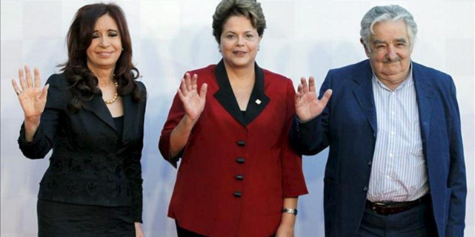 La presidenta de Argentina, Cristina Fernández de Kirchner (i), y sus homólogos de Brasil, Dilma Rousseff (c), y de Uruguay, José Mujica (d), al comienzo de la cumbre del Mercosur que se realiza en la ciudad de Mendoza (Argentina). EFE