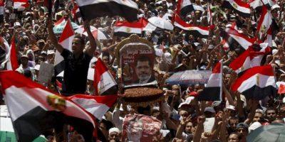 Una multitud se reúne en la plaza Tahrir en El Cairo (Egipto) antes de la llegada del presidente electo Mohamed Mursi (centro) a la manifestación que se celebra hoy, viernes 29 de junio de 2012 un día antes de que jure su cargo. EFE