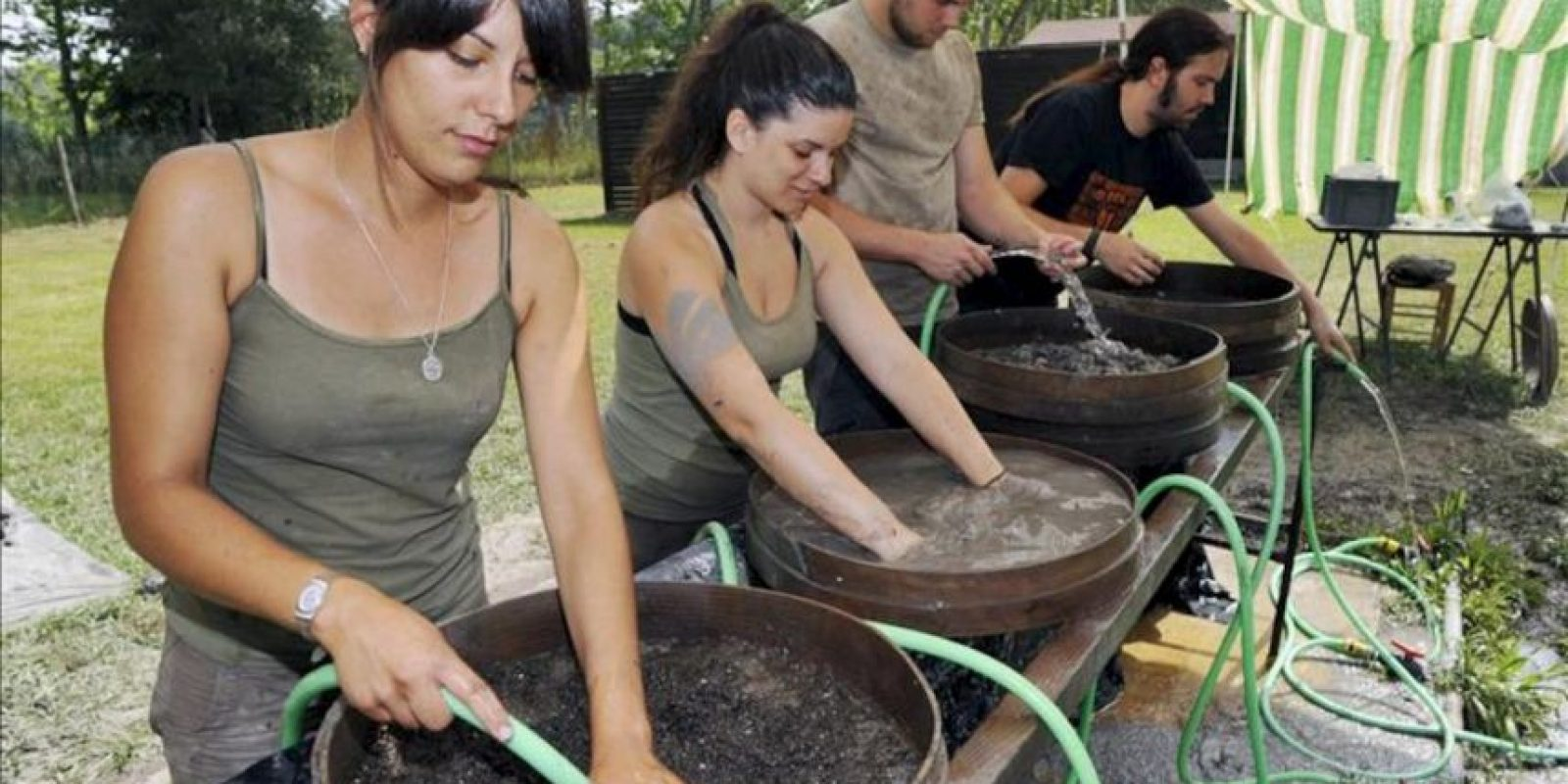 Un grupo de arqueólogos trabaja en las excavaciones del Parque Neolótico de la Draga, en Banyoles (Girona), donde se ha hallado el arco de caza neolítico más antiguo de Europa encontrado hasta el momento, datado alrededor del 5.400-5.200 antes de Cristo. EFE
