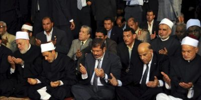 Imagen facilitada por la presidencia de Egipto del presidente electo Mohamed Morsi (3-i) durante las oraciones del viernes, en la mezquita Al-Azhar, en El Cairo, Egipto, hoy, viernes, 29 de junio de 2012. EFE