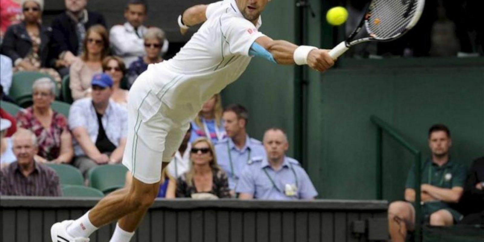 El tenista serbio Novak Djokovic devuelve la bola durante el partido de tercera ronda del torneo de Wimbledon que disputó contra el checo Radek Stepanek. EFE