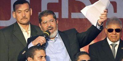 El presidente electo egipcio Mohamed Morsi (c) se dirige a los manifestantes en la cariota plaza Tahrir, (Egipto), hoy, viernes, 29 de junio de 2012. EFE