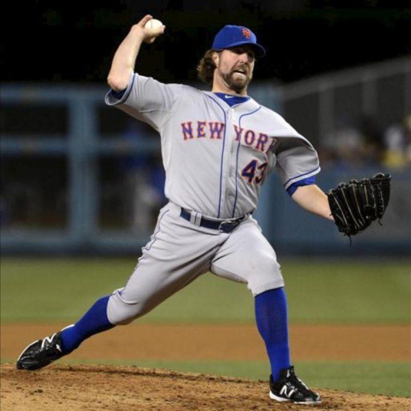 El lanzador de los Mets de Nueva York, R.A. Dickey, realiza un lanzamiento contra los Dodgers de Los Ángeles este 29 de junio, en el estadio de los Dodgers en Los Ángeles (EE.UU.). EFE