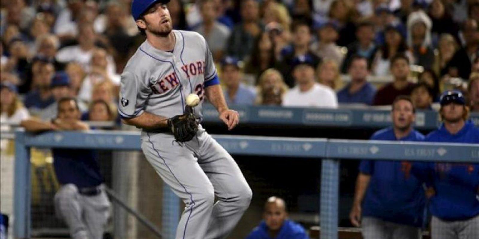 El primera base de los Mets de Nueva York, Ike Davis, deja caer una bola afuera contra los Dodgers de Los Ángeles este 29 de junio, en un juego de la Liga Mayor de Béisbol (MLB) en el estadio de los Dodgers en Los Ángeles (EE.UU.). EFE