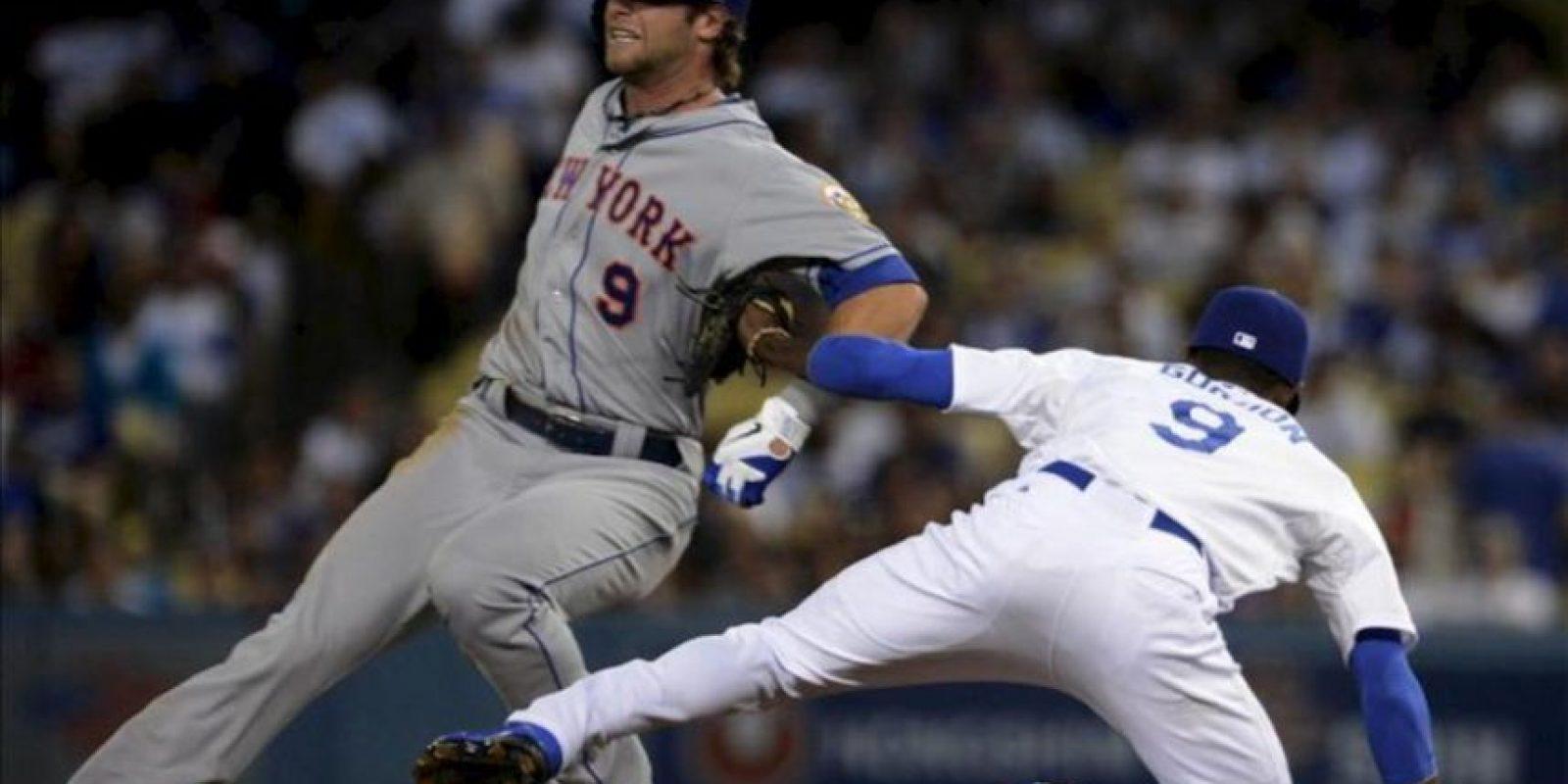 El jugador de los Mets de Nueva York, Kirk Niewenhuis (i), llega seguro a segunda base sobre el jugador de los Dodgers de Los Ángeles, Dee Gordon (d), este 29 de junio, en un juego de la Liga Mayor de Béisbol MLB celebrado en el estadio de los Dodgers en Los Ángeles (EE.UU.). EFE