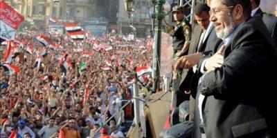 Fotografía cedida por la Presidencia de Egipto que muestra al presidente electo, Mohamed Mursi (d), que habló ayer a la multitud en la Plaza Tahrir, en El Cairo (Egipto). EFE