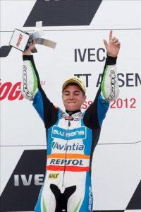El piloto español de Moto3 Maverick Viñales celebra la victoria en el Gran Premio de Holanda de motociclismo disputado hoy, sábado 30 de junio de 2012 en Assen (Holanda). EFE