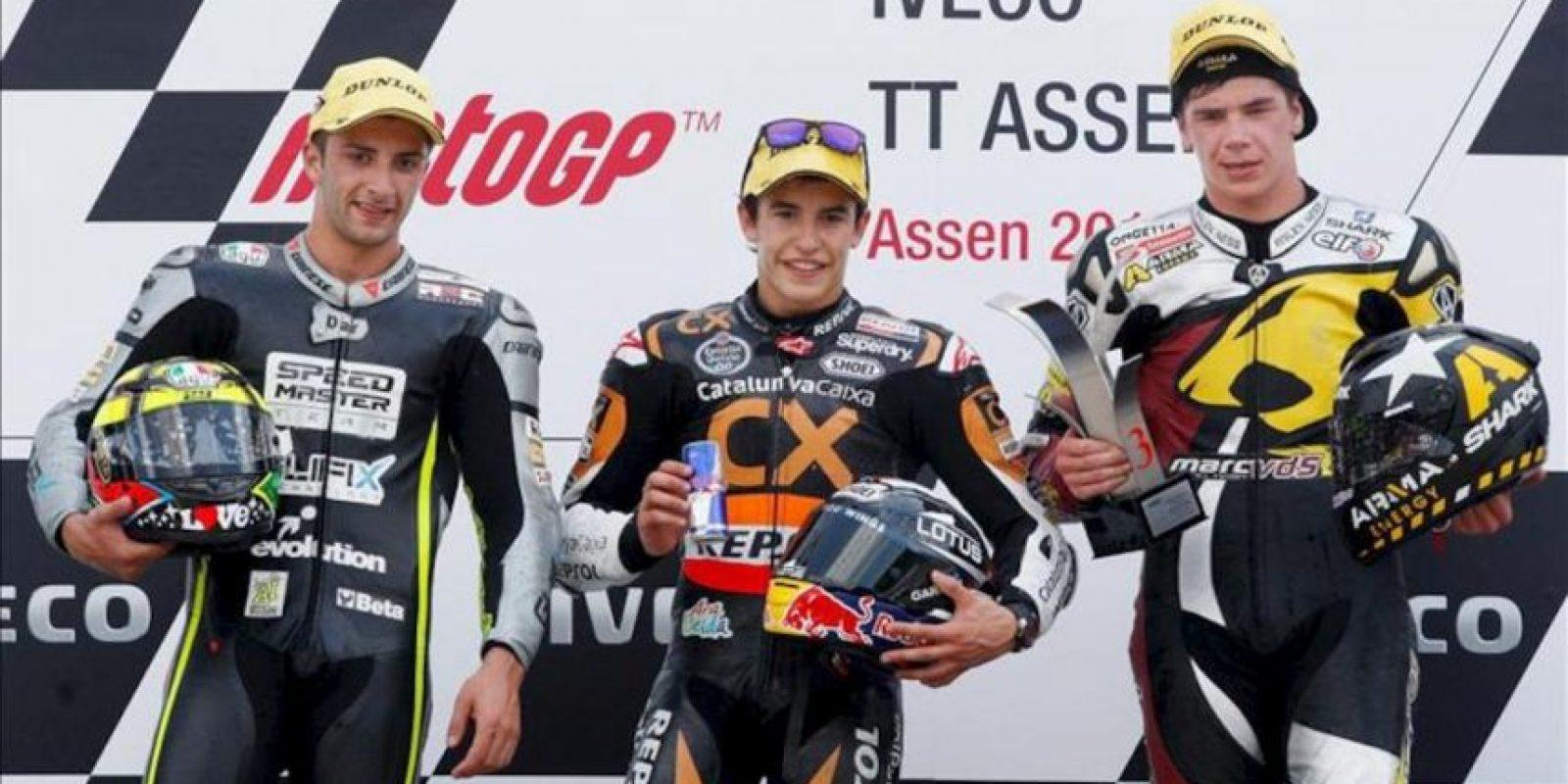 El piloto español de Moto2 Marc Márquez (c), el italiano Andrea Iannone (izq) y el británico Scott Redding celebran en el podio tras el Gran Premio de Holanda de motociclismo disputado hoy, sábado 30 de junio de 2012 en Assen (Holanda). EFE