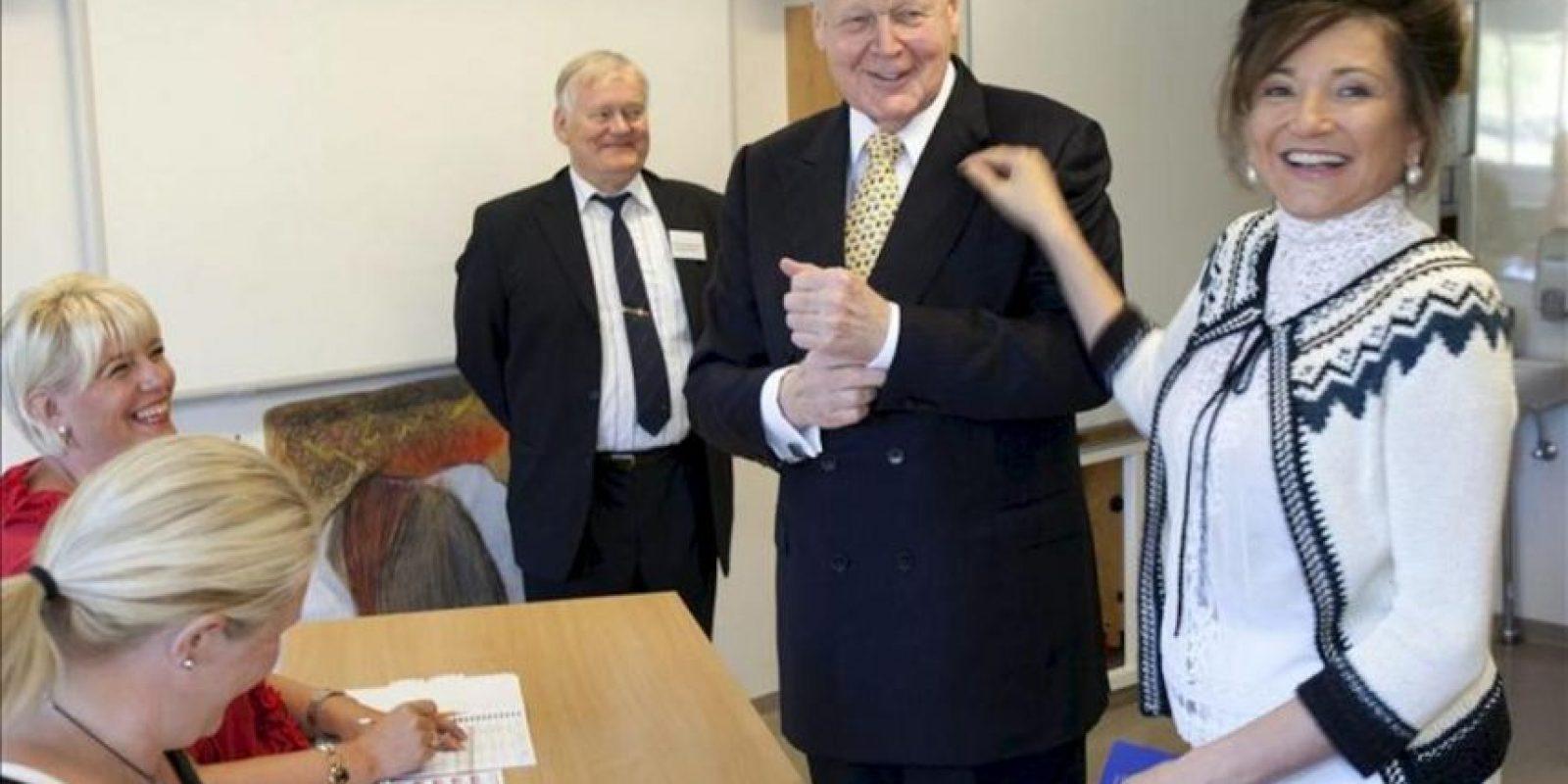 Ólafur Ragnar Grímsson (i), claro favorito los comicios presidenciales en Islandia, que de ganar lograría su quinto mandato, vota junto a su esposa DorritMoussaief (d), en un colegio electoral en Reykjavik (Islandia), hoy. EFE
