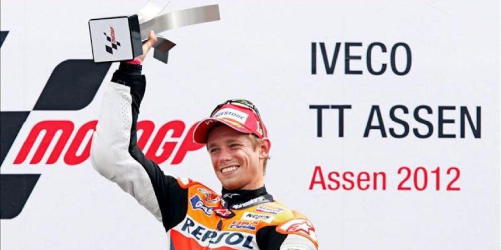 El piloto australiano del equipo Repsol Honda de MotoGP, Casey Stoner, celebra en el podio la victoria conseguida en el Gran Premio de Holanda que se ha disputado en el circuito de Assen, Holanda, el 30 de junio del 2012. EFE