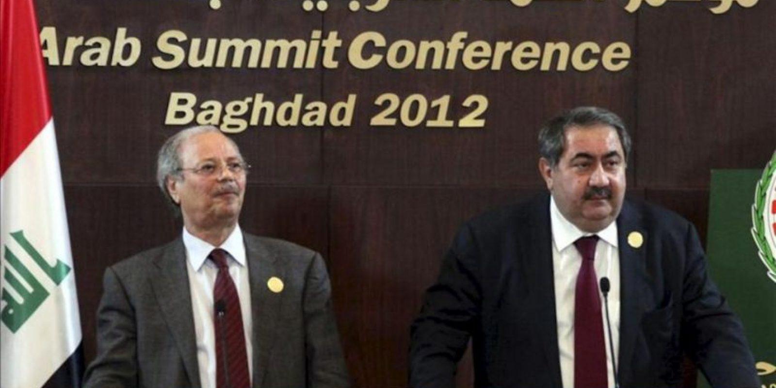 El vicesecretario general de la Liga Árabe, Ahmed Ben Heli (izda.), quien ha convocado la reunión de los grupos opositores sirios para mañana en El Cairo (Egipto) y el ministro iraquí de Exteriores, Hoshyar Zebari, quien asistirá como uno de los países (junto a Kuwait) que ejercen las presidencias de turno de la Cumbre del Consejo Ministerial de la Liga Árabe. EFE/Archivo