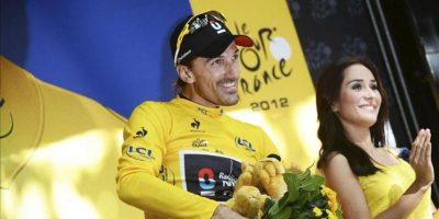 El ciclista suizo Fabian Cancellara (i), del equipo Radioshack Nissan Trek, celebra en el podio su victoria en la etapa prólogo del Tour de Francia, una contrarreloj individual de 6,4 kilómetros con salida y llegada en Lieja, Bélgica, hoy. EFE