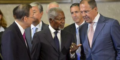 El ministro de Exteriores ruso, Sergey V. Lavrov (d), conversa secretario general de Naciones Unidas, Ban Ki-moon (i) y el enviado especial conjunto de la ONU y la Liga Árabe para Siria, Kofi Annan (c), hoy antes del inicio de la reunión del Grupo de Acción por Siria en la sede de la ONU en Ginebra. EFE
