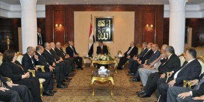 Fotografía facilitada por la presidencia egipcia que muestra al presidente egipcio, Mohamed Morsi (c), reuniéndose con miembros del Tribunal Constitucional en la jornada en la que fue investido presidente, en El Cairo, Egipto. EFE