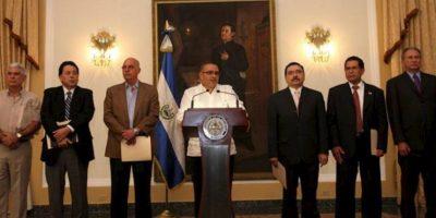 Fotografía cedida por la Presidencia de El Salvador que muestra al presidente del país, Mauricio Funes (c), en una rueda de prensa junto con los dirigentes de los seis partidos salvadoreños, al término de una reunión en la casa presidencial, en San Salvador. EFE