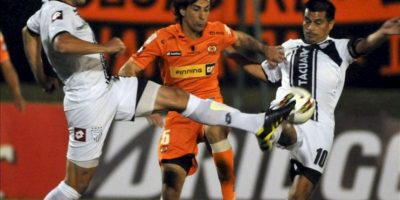 Los jugadores del Tacuary de Paraguay Raúl Román (d) y Digo Vera (i) disputan el balón con René Lima del Cobreloa de Chile, durante el partido de la primera fase de la Copa Sudamericana, en el estadio Roberto Bettega en Asunción (Paraguay). EFE