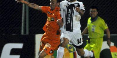 El jugador del Tacuary de Paraguay Gregor Aguayo (d) disputa el balón con Sebátian Pol (i) del Cobreloa de Chile, durante el partido de la primera fase de la Copa Sudamericana, en el estadio Roberto Bettega en Asunción (Paraguay). EFE