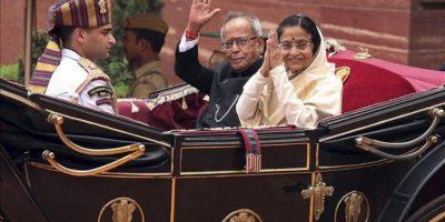 La presidenta saliente india, Pratibha Patil, y el nuevo presidente indio, Pranab Mukherjee, saludan durante la ceremonia de bienvenida a la casa presidencial en Nueva Delhi, India, hoy, miércoles 25 de julio. EFE