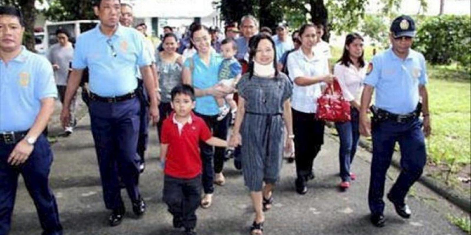 Foto cedida por la oficina de la congresista Gloria Macapagal-Arroyo, en la que aparece la expresidenta filipina Gloria Macapagal Arroyo (c), de la mano de su nieto Diggy a su salida del Hospital de Veteranos, tras ser puesta en libertad, hoy miércoles 25 de julio. EFE
