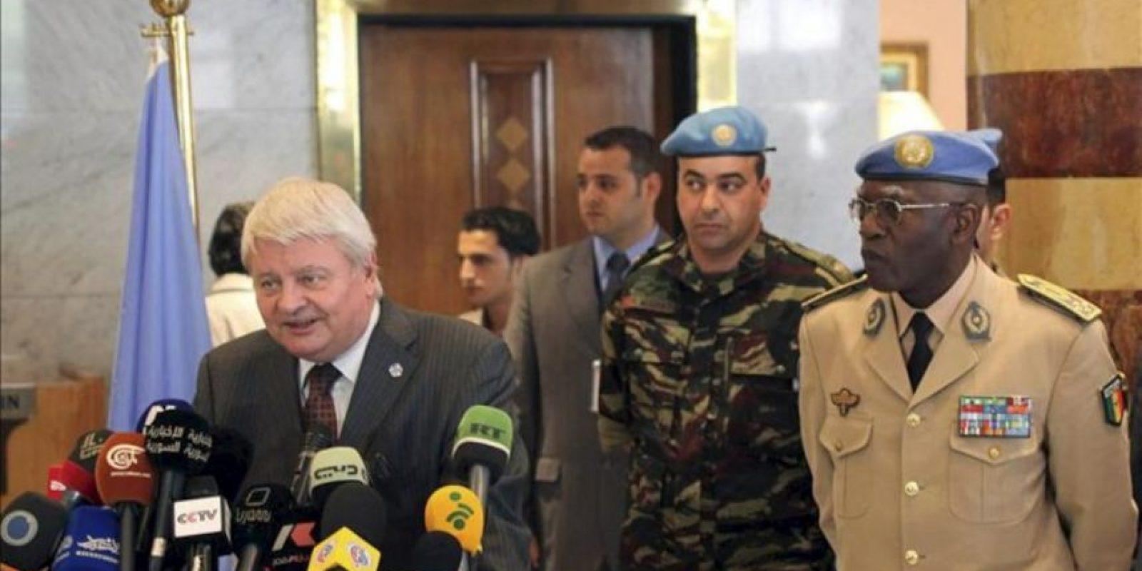 El nuevo dirigente de la misión de observadores de Naciones Unidas en Siria, el general Babacar Gaye (dcha), ofrece una rueda de prensa con el subsecretario general para Operaciones de Paz de Naciones Unidas, Hervé Ladsous (izda), en Damasco (Siria) hoy, miércoles 25 de julio. EFE