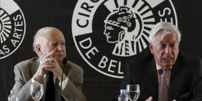 """Los escritores Jorge Edwards (i) y Mario Vargas Llosa durante la conferencia de prensa que hoy ofrecieron en Madrid, en la que presentaron el """"Llamado a la concordia"""", un manifiesto firmado por intelectuales y personalidades de Perú y Chile. EFE"""