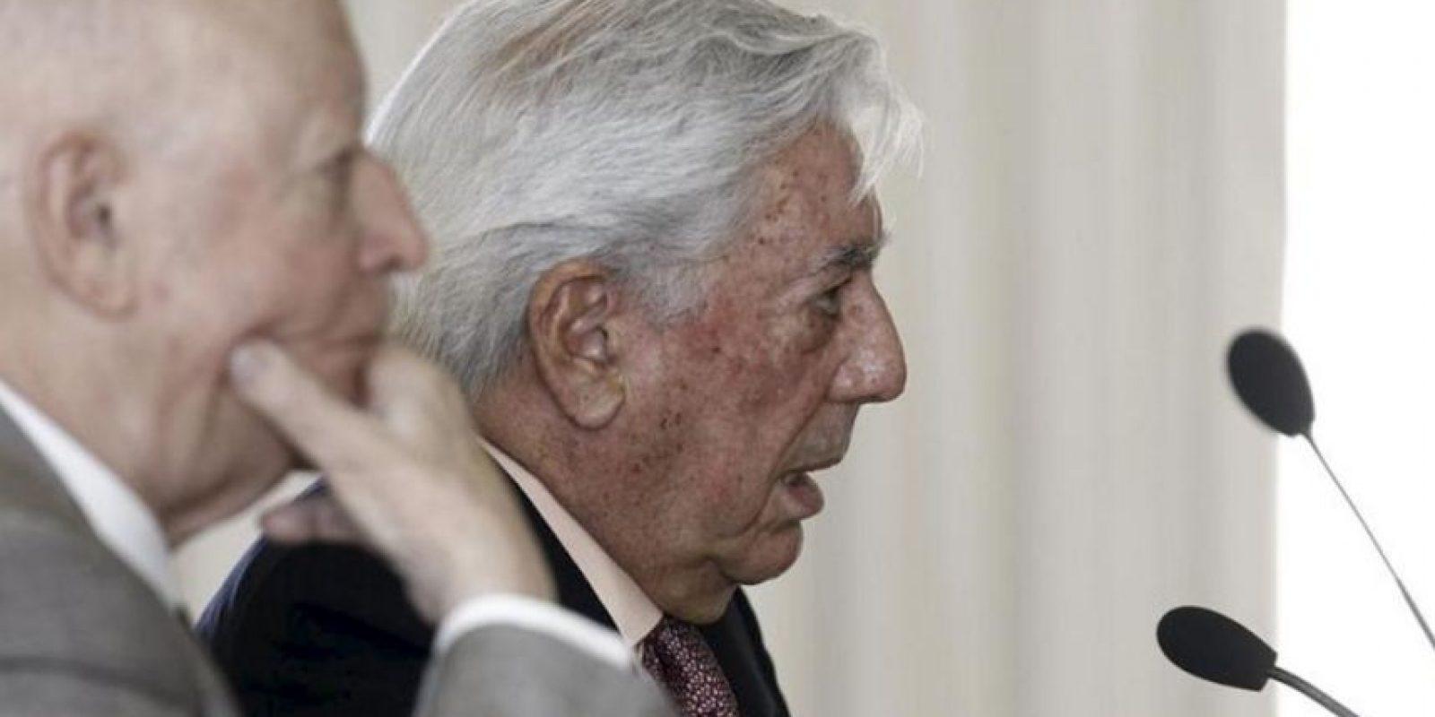 """Los escritores Mario Vargas Llosa (d) y Jorge Edwards durante la conferencia de prensa que hoy ofrecieron en Madrid, en la que presentaron el """"Llamado a la concordia"""", un manifiesto firmado por intelectuales y personalidades de Perú y Chile. EFE"""