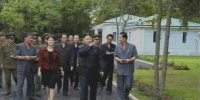 Imagen tomada de un video de la televisión estatal norcoreana hoy, 25 de julio, en la que aparece el líder norcoreano, Kim Jong-un (4ºder), acompañado de la recientemente confirmada como su mujer, durante una visita al parque de atracciones Rungra People en Pionyang, Corea del Norte. EFE