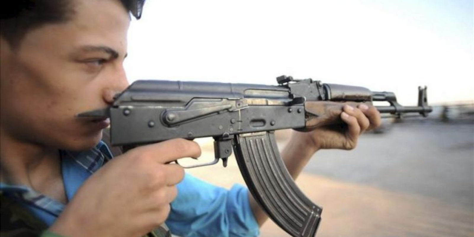 Un rebelde sirio hace pruebas con un arma en la base militar de Tecvid Sicco, al norte de la ciudad siria de Aleppo, ayer martes, 24 de julio. EFE