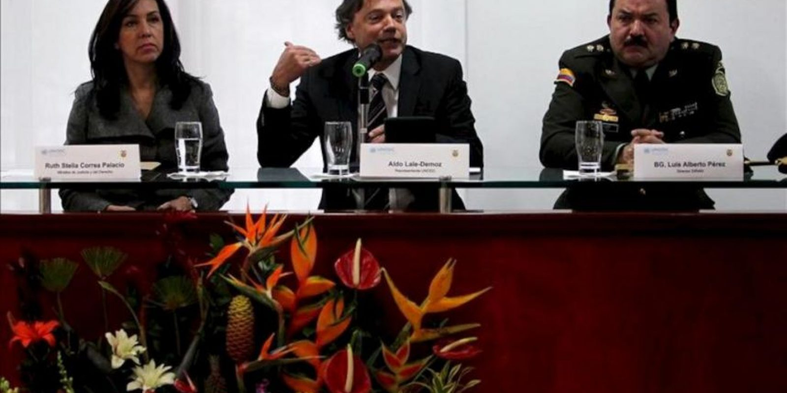 El representante en Colombia de la Oficina de las Naciones Unidas contra la Droga y el Delito, Aldo Lalo-Demoz (c), habla junto a la ministra de Justicia y el Derecho de Colombia, Ruth Stella Correa (i), y el director de Antinarcóticos de la Policía de Colombia, Brigadier General Luis Alberto Pérez (d), durante la presentación en Bogotá (Colombia), del informe anual sobre cultivos ilícitos en el país. EFE