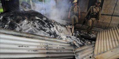 Unos soldados indios inspeccionan una casa quemada tras los disturbios en el distrito de Kokrajhar del estado de Assam, India hoy, miércoles 25 de julio de 2012. El número de muertos tras los disturbios étnicos entre los indígenas Bodo y los inmigrantes musulmanes, en el estado de Assam, se eleva a 40.EFE