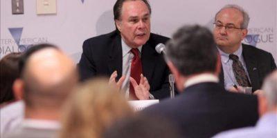 El embajador de Perú en Washington, Harold Forsyth (i), y el presidente del instituto Diálogo Interamericano, Michael Shifter (d), participan en un foro en Washington (DC, EE.UU.). EFE