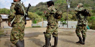 Milicianos de las Fuerzas Armadas Revolucionarias de Colombia (FARC), el pasado 21 de julio, en la zona rural del municipio de Caloto al norte del Cauca (Colombia). EFE/Archivo