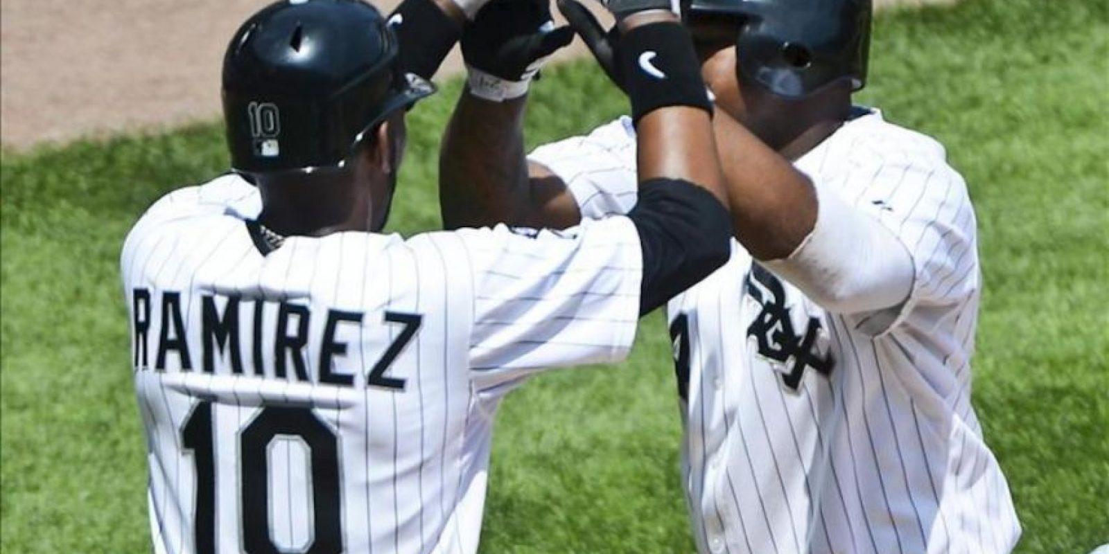 Los jugadores de los Medias Blancas, Alexei Ramirez (i) y Dayan Viciedo, celebran este 25 de julio, durante el juego de la MLB ante los Twins que se disputa en el Cellular Field en Chicago, Illinois (EE.UU.). EFE