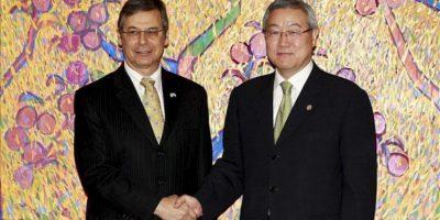 El subsecretario estadounidense de Defensa, Ashton Carter (i), salud al ministro surcoreano de Comercio y Asuntos Exteriores, Kim Sung-Hwan, hoy, jueves 26 de julio de 2012, en Seúl (Corea del Sur). EFE