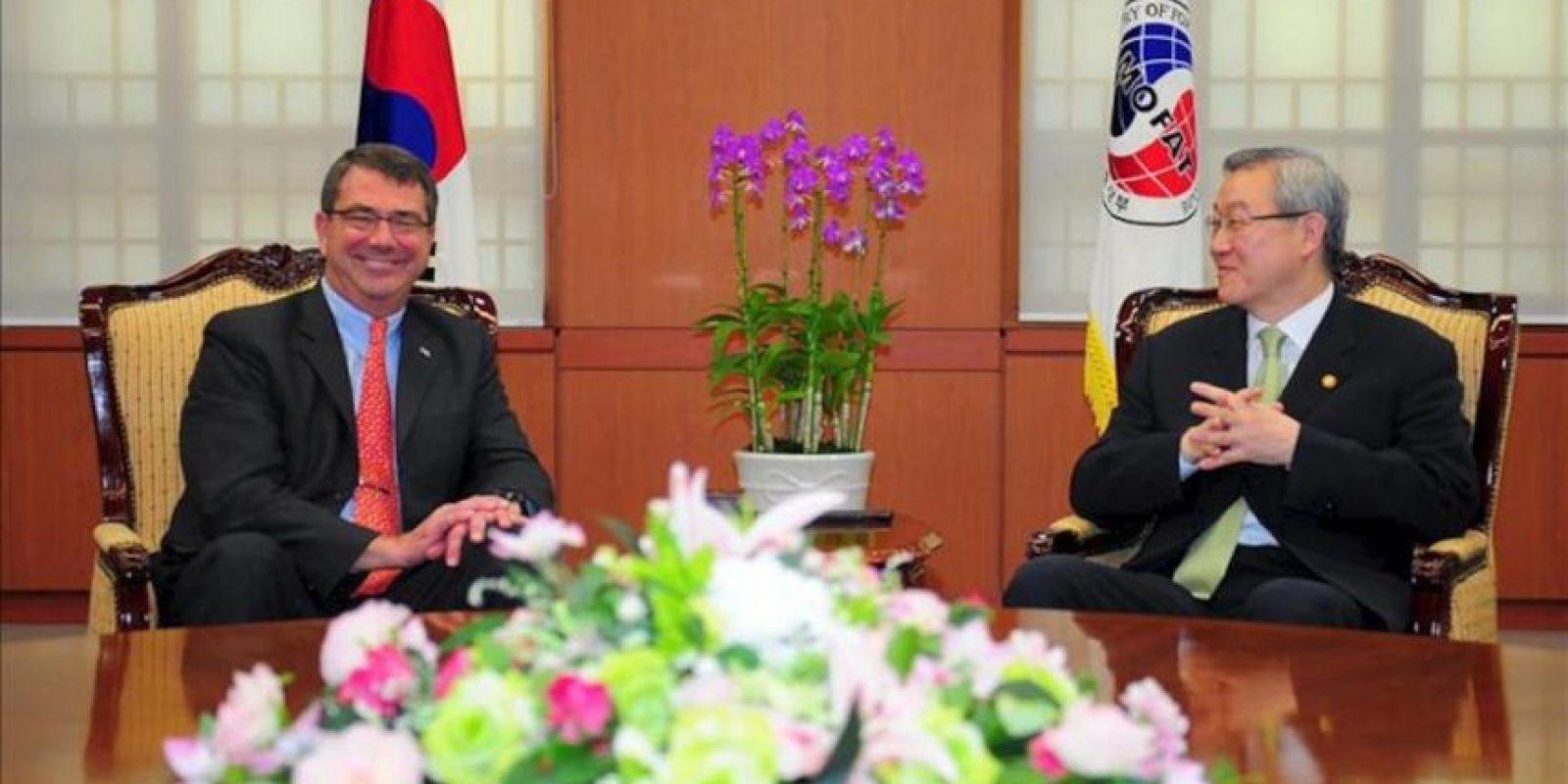 El subsecretario estadounidense de Defensa, Ashton Carter (i), se reúne con el ministro surcoreano de Comercio y Asuntos Exteriores, Kim Sung-Hwan (d), hoy, jueves 26 de julio de 2012, en Seúl (Corea del Sur). Carter llegó al país para reunirse con funcionarios y discutir acerca de un avión de combate de nueva generación. EFE