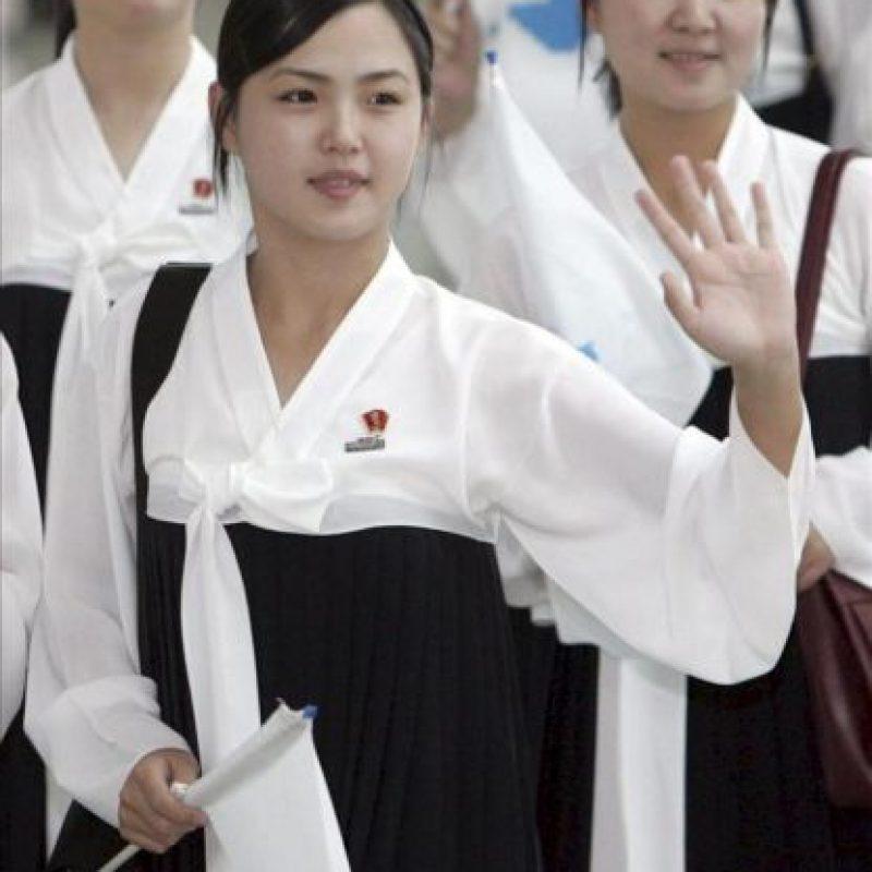 Fotografía de archivo de septiembre de 2005 distribuida hoy jueves 26 de julio de 2012, de la recientemente confirmada como mujer del líder norcoreano Kim Jong-un, saludando a surcoreanos en el aeropuerto internacional de Incheon, en Corea del Sur, tras asistir a los XVI Campeonatos Asiáticos de Atletismo celebrados en Incheon, formando parte del equipo norcoreano de animadoras. EFE