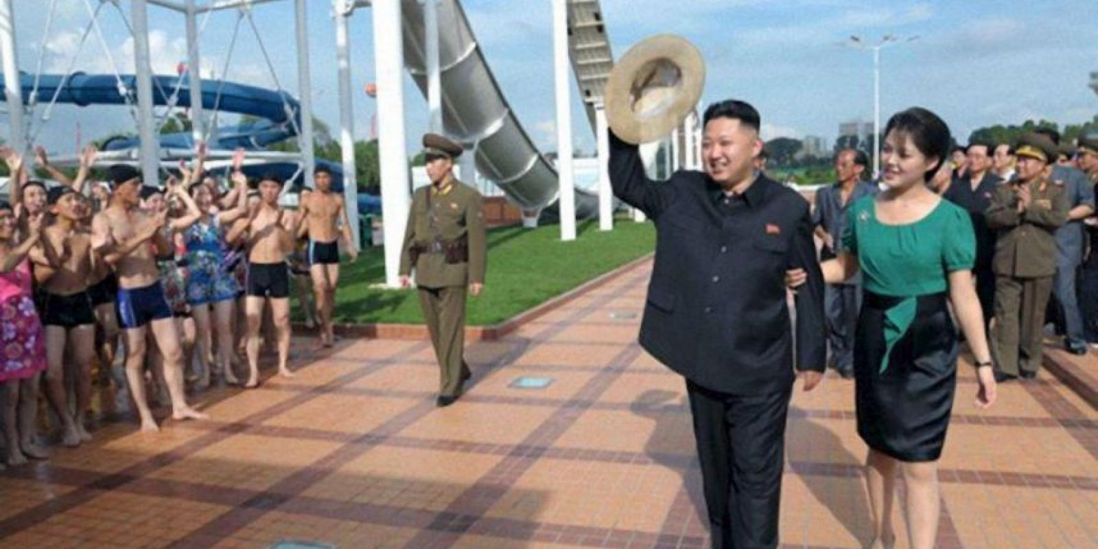 Fotografía tomada de la web de la agencia de noticias oficial de Corea del Norte hoy, jueves 26 de julio de 2012, muestra al líder norcoreano, Kim Jong-un (i), caminando junto a su esposa, Ri Sol-ju (d), en un parque en Pyongyang (Corea del Norte). EFE