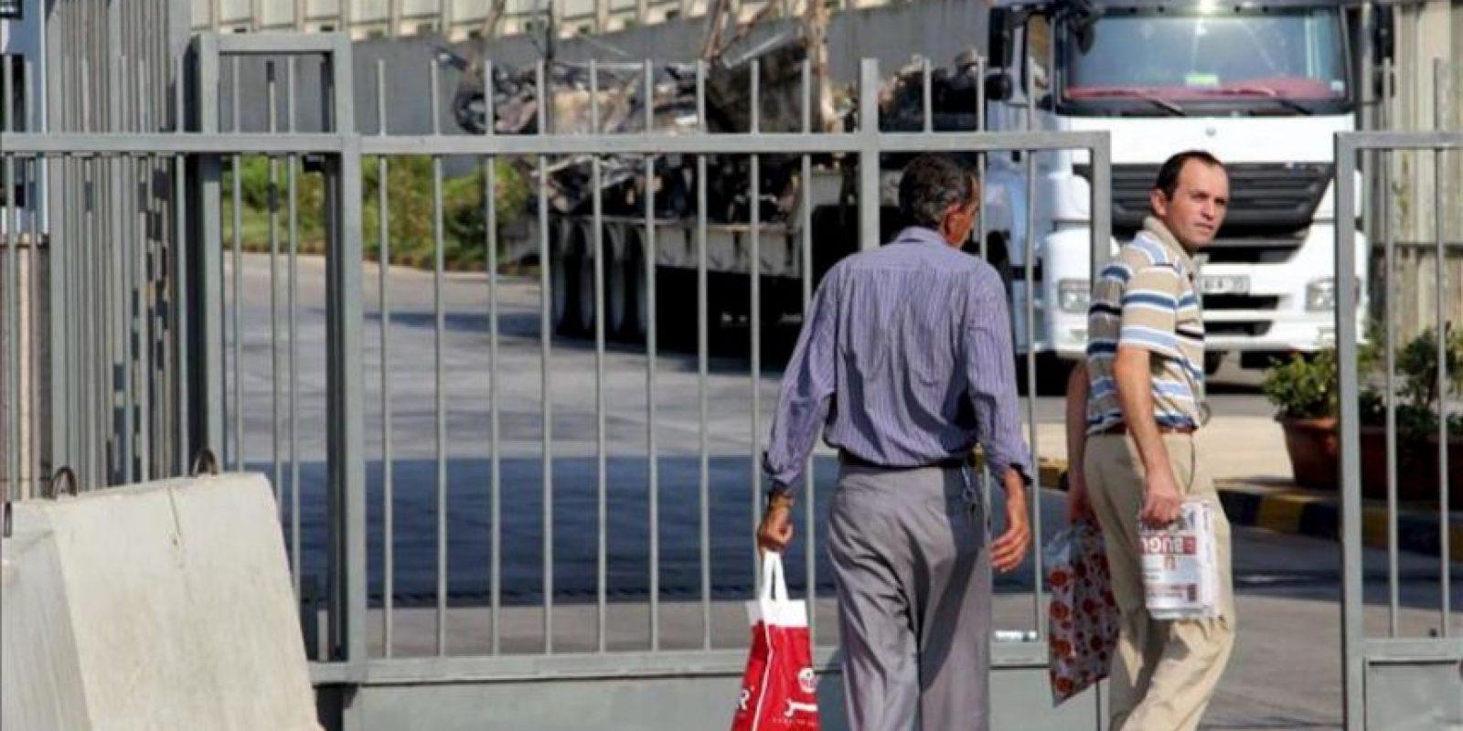 Imagen tomada el 24 de julio, en la que dos peatones cruzan el puesto fronterizo de Reyhanli (Turquía-Siria), que permanece cerrado al tráfico rodado. EFE