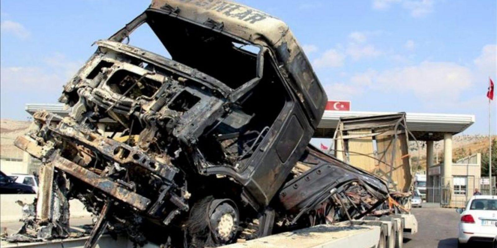 Imagen tomada el 24 de julio en el puesto fronterizo de Reyhanli (Turquía-Siria) de un vehículo de carga que transporta a un camión turco, destruido durante los combates en el noroeste de Siria. EFE