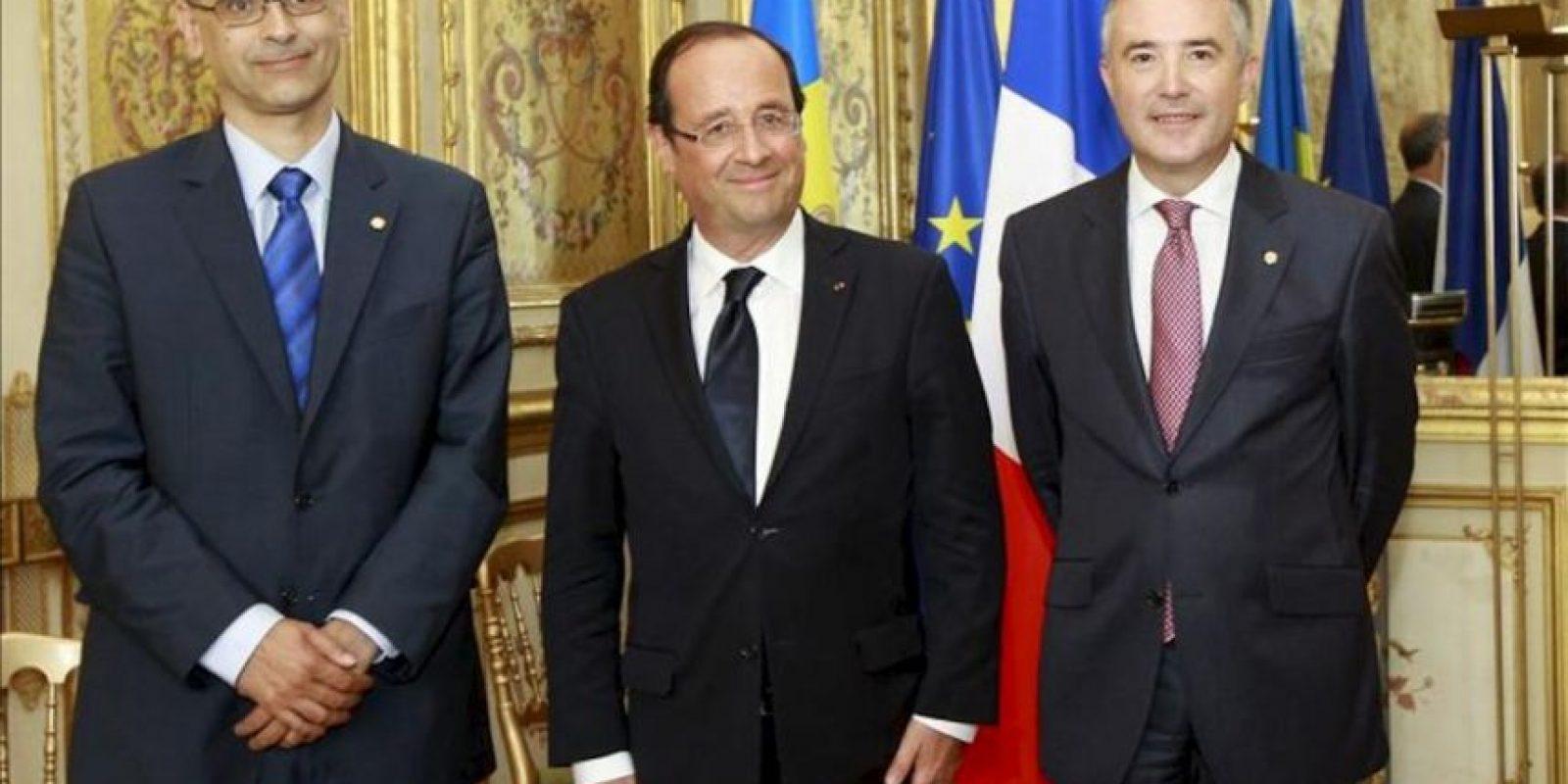 El jefe de gobierno de Andorra, Antoni Marti Petit (i), y el del parlamento, Vicenc Mateu Zamora (d), posan con el presidente francés, Francois Hollande (c), en el Palacio del Elíseo de París hoy. EFE