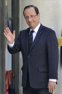 El presidente francés, Francois Hollande, saluda tras su encuentro con el jefe de gobierno de Andorra, Antoni Marti Petit, y el del parlamento, Vicenc Mateu Zamora, en el Palacio del Elíseo de París, Francia, hoy jueves 26 de julio. EFE