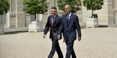 El jefe de gobierno de Andorra, Antoni Marti Petit (d), y el del parlamento, Vicenc Mateu Zamora (i), llegan al Palacio del Elíseo para reunirse con el presidente francés, Francois Hollande, en París, Francia, hoy jueves 26 de julio. EFE