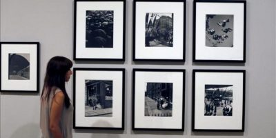 """Una trabajadora del museo Tate Britain junto a varias fotografías del fotógrafo austriaco Wolfgang Suschitzky en el preestreno de la exposición """"Otro Londres"""" en la Tate Britain de Londres, Reino Unido. EFE."""