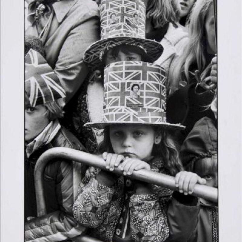 """Imagen facilitada hoy por la Tate Britain de Martine Franck (Magnum Photos) del Jubileo de Plata de la reina Isabel II, celebrado en 1977, que forma parte de la exposición """"Otro Londres"""". EFE"""