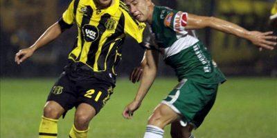 El jugador de Guaraní Carlos Hidalgo (i) disputa el balón con Mariano Brau (d), de Oriente Petrolero, durante un partido por la primera fase de la Copa Sudamericana en el estadio Rogelio Livieres de Asunción (Paraguay). EFE