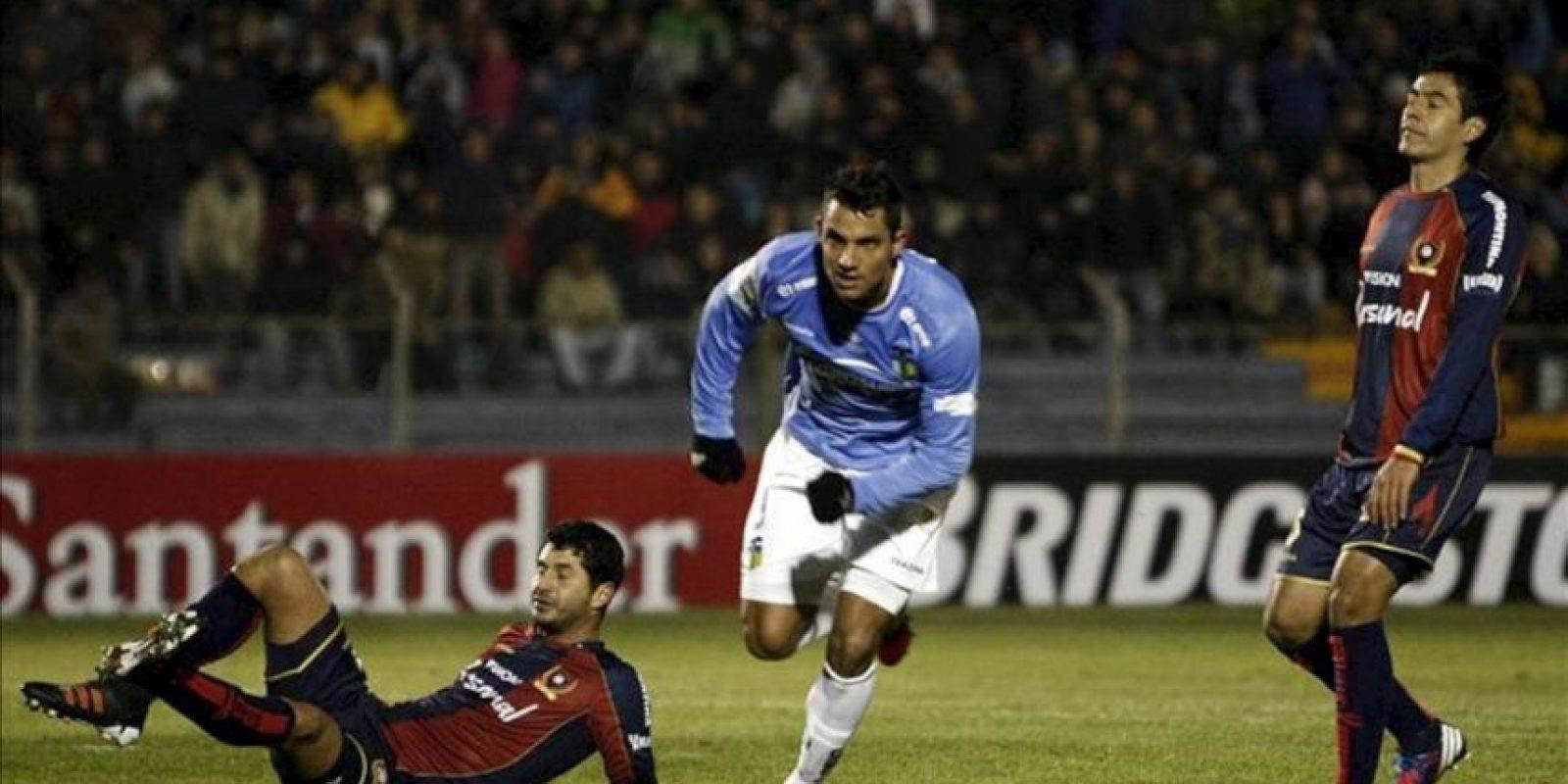 El jugador de O´Higgins de Chile Richard Blanco (c) celebra su gol frente a Cerro Porteño de Paraguay, durante el partido por la primera fecha de la Copa Sudamericana, en Rancagua (Chile). EFE