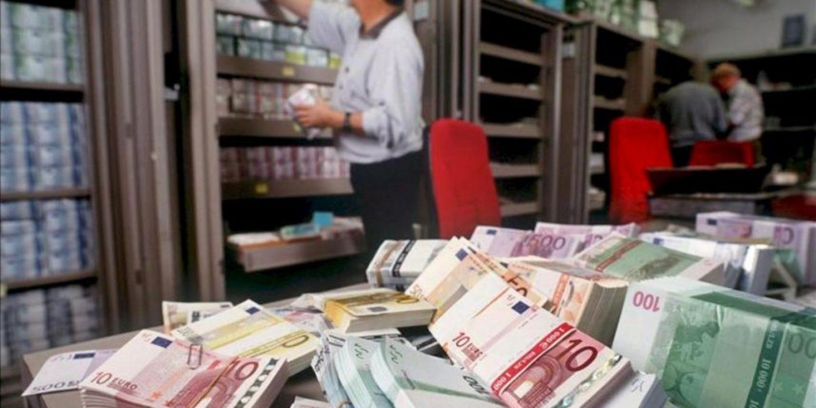 unos billetes de euro de banco en el departamento de cambio extranjero del Union Bank de Suiza. EFE/Archivo