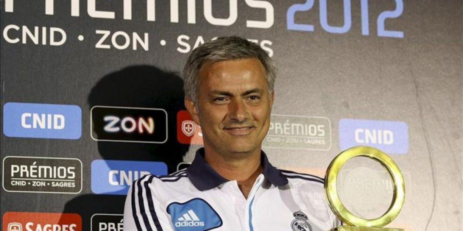 El entrenador del Real Madrid, el portugués Jose Mourinho, posa con el premio de la asociación de periodistas deportivos de Portugal (CNID) durante una rueda de prensa convocada en Lisboa (Portugal) hoy, viernes 27 de julio. EFE